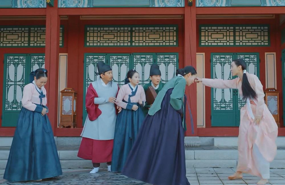 سکانس اولیه ی ملکه شدن آشپزباشی در سریال کره ای آقای ملکه (Mr. Queen)